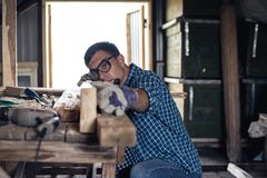 joinery Τα αεροπλάνα ξυλουργών το ξύλο στο εργαστήριο Ξυλουργική, υλικό κατασκευής σκεπής, diy στοκ εικόνες με δικαίωμα ελεύθερης χρήσης