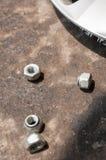 Joint d'écrou, vis sur le plancher de saleté dans un garage Image libre de droits