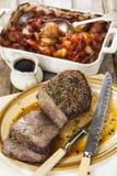 Joint de boeuf de rôti avec des légumes de rôti photos stock