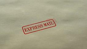 Joint de courrier express embouti sur le fond de papier blanc, service de distribution rapide banque de vidéos