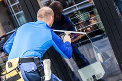 Joint de fenêtre fonctionnant à la construction extérieure Photo libre de droits
