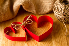 Joint de papier rouge de deux coeurs ensemble dans l'amour Image stock