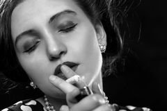 Joint de tabagisme de femme photographie stock libre de droits