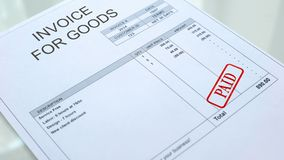 Joint payé embouti sur la facture pour le document de marchandises, papiers d'affaires, sciences économiques photographie stock libre de droits