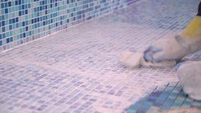 Jointoiement des coutures dans la piscine banque de vidéos