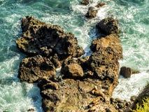 Joints à Malibu, à émeraude et à eau bleue dans tout à fait une plage de paradis entourée par des falaises Crique de Dume, Malibu Images stock