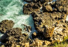 Joints à Malibu, à émeraude et à eau bleue dans tout à fait une plage de paradis entourée par des falaises Crique de Dume, Malibu Photographie stock libre de droits
