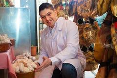 Joints accrochants de wurst et de jamon de jeune boucher Photo libre de droits