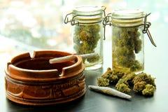 Joints de marijuana et pots de mauvaise herbe Image libre de droits