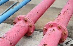 Joints de tuyaux et acier rouillé de tuyauterie de l'eau industriels Photographie stock libre de droits
