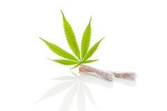 Joints et feuille de marijuana Photo libre de droits