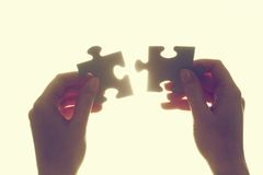 Jointure de deux morceaux de puzzle denteux Solution, affaires photographie stock