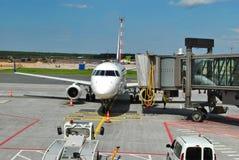Jointure de l'échelle couverte avec l'avion de passagers Photographie stock libre de droits