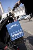 JoJo Maman Bebe torba na zakupy wieszał na pushchair w ulicach St Peter port, Guernsey channel islands, UK - 11th Lipiec zdjęcie royalty free