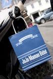 JoJo Maman Bebe torba na zakupy wiesza? na pushchair w ulicach St Peter port, Guernsey channel islands, UK - 11th Lipiec fotografia stock