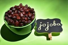 Jojoba zaden in een groene kom stock foto's