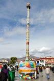 在Jokhang寺庙前面的帆柱 库存照片