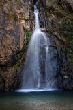 Jokkradin-Wasserfall mit Felsenklippe in Kanchanaburi, Thailand Lizenzfreie Stockbilder