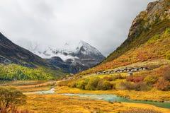 Jokul y lago en Daocheng Yading, Sichuan, China Foto de archivo libre de regalías