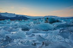 JokulsÃ-¡ rlon Gletscher-Lagune bei Sonnenuntergang stockfotografie
