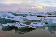 Jokulsarlon冰川盐水湖和冰靠岸在日出在冰岛 免版税库存图片