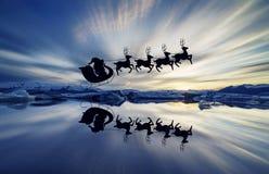 Jokulsarlon是一个大冰河湖在冰岛,圣诞老人的驯鹿剪影  库存图片