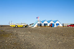 Jokulsarlon有两栖车的旅游中心冰岛 库存照片
