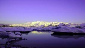 Jokulsarlon紫外的冰川湖在日出 免版税库存图片
