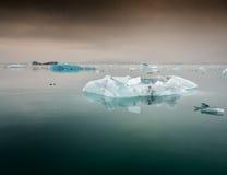 Jokulsarlon,冰岛-冰从jokulsarlon冰川m产犊了 免版税库存图片