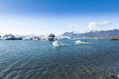 Jokulsarlon-Eisberg mit Bogen Island Lizenzfreies Stockfoto