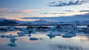 Jokulsarlon glaciärlagun i Island på natten med is som svävar i vatten arkivbilder