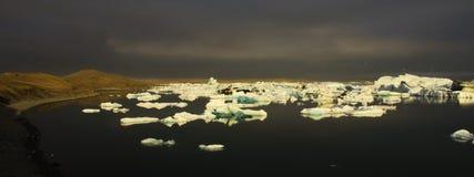 Jokulsarlon glacjalna laguna w późnym popołudniu obraz royalty free