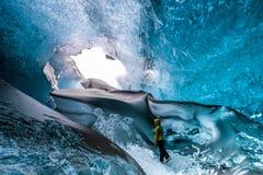 JOKULSARLON/ICELAND - 3 ΦΕΒΡΟΥΑΡΊΟΥ: Σπηλιά πάγου κρυστάλλου κοντά σε Jokuls στοκ εικόνα