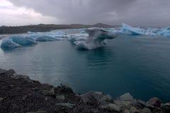 Jokulsarlon ijzig meer en icefloat op de rivier Stock Foto