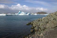Jokulsarlon ijzige rivier en icefloat op de rivier Royalty-vrije Stock Foto's