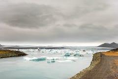 JOKULSARLON, ISLAND - 17. OKTOBER 2014: Eis-Lagune in Island mit touristischen Leuten und Landcape Lizenzfreie Stockfotografie
