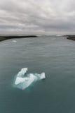 Jokulsarlon lodowa laguna w Iceland Chmurny niebo, ocean i góra lodowa, Obraz Stock