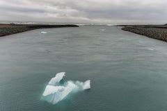 Jokulsarlon lodowa laguna w Iceland Chmurny niebo, ocean i góra lodowa, Obrazy Stock