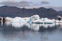 Jokulsarlon lodowa laguny zatoka z błękitnymi górami lodowymi unosi się na spokojnej wodzie z odbiciami, Iceland obrazy stock