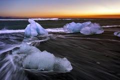 Jokulsarlon mit den Eisbergen auf den Strand gesetzt Stockfotografie