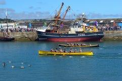 Jol die in Newlyn-Haven Cornwall, Engeland rennen stock foto