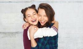 Joli étreindre de sourire heureux d'adolescentes Photographie stock libre de droits