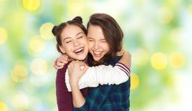 Joli étreindre de sourire heureux d'adolescentes Photographie stock