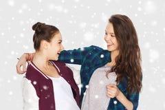 Joli étreindre de sourire heureux d'adolescentes Photo stock