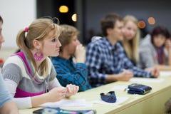 Joli étudiant universitaire féminin dans une salle de classe Photos stock