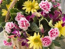 Joli arrangment floral de Pâques dans le panier en osier dans la lumière naturelle de fenêtre photos stock