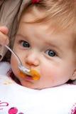Joli bébé de alimentation dehors photo stock