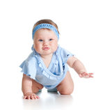 Joli bébé rampant sur l'étage Photographie stock libre de droits