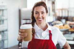Joli barman donnant la tasse à emporter Images stock