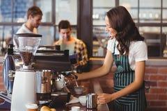 Joli barman faisant une tasse du café images libres de droits